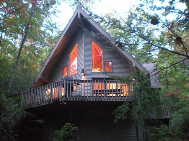 HELEN, Ga:  MTN LAUREL CHALET - 10 Acre Retreat - Sautee Nacoochee