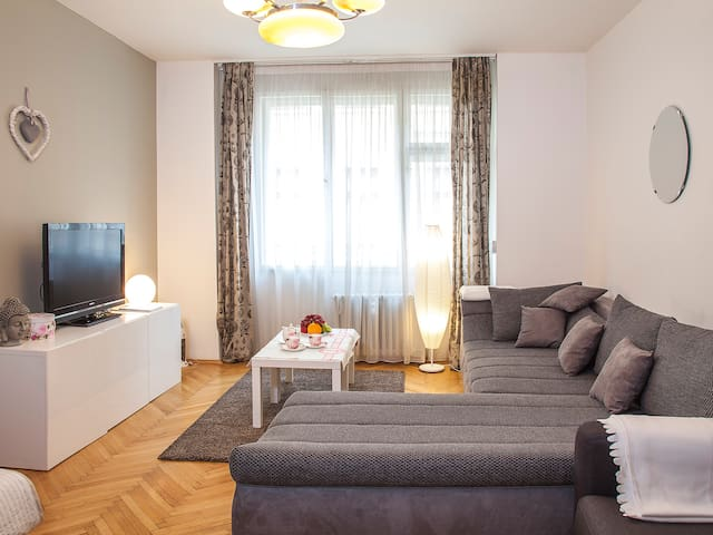 Modern apartment with balcony in the centre of PRG - Praha - Rumah