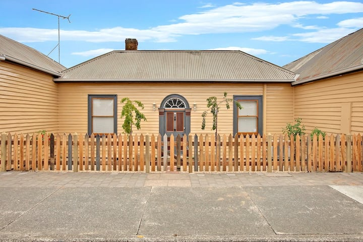 Charming 2-bedroom cottage in historic town