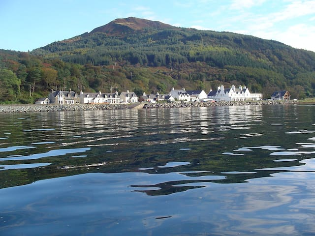 Ceol Na Mara B&B. Mountain and Loch views
