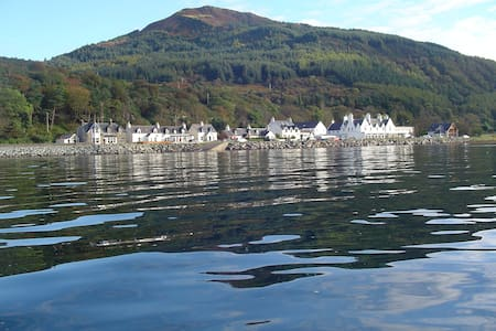 Ceol Na Mara B&B. Mountain and Loch views - Balmacara - Aamiaismajoitus