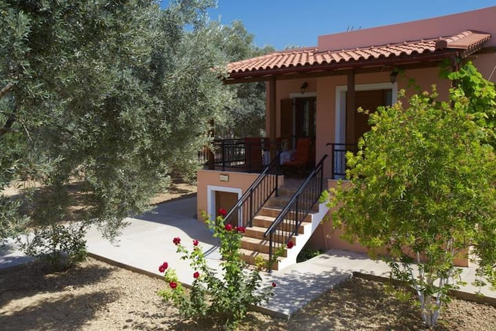 Villa Estia,in Cretan nature! - เรธิมนอน - วิลล่า