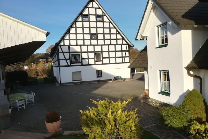 Appartement de vacances idyllique dans le Sauerland avec jardin et piscine.