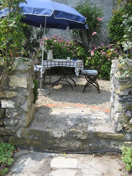 Essplatz vom hinteren Teil des Gartens gesehen