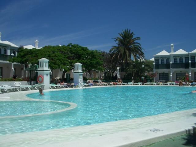 piscina del complejo (justo en la linea trasera del apartamento) a unos 20 metros