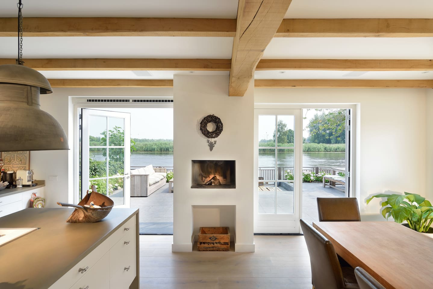 Lovely house, 20 min from Amsterdam. beautiful country side area, not to remote. Light living, windows all around