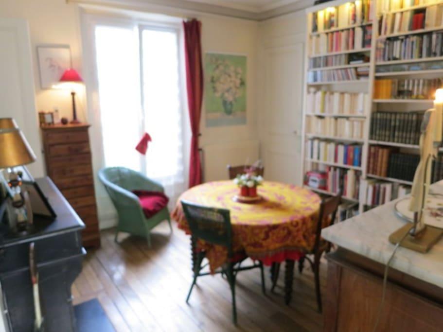La salle à manger avec la bibliothèque