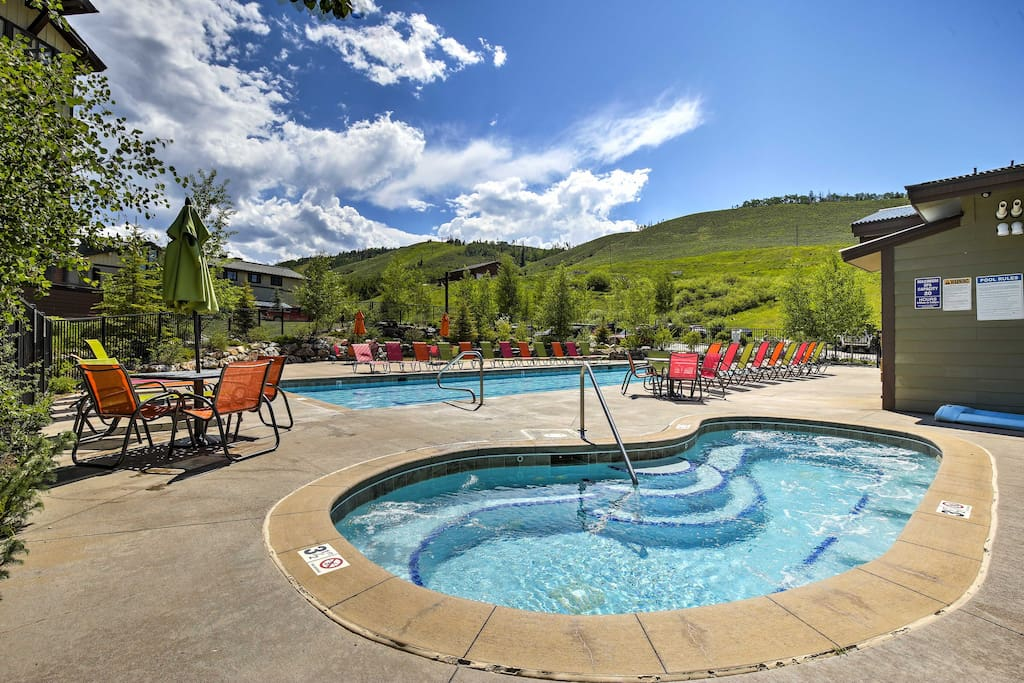 This all season retreat offers direct ski-in/ski-out access to Kicking Horse lift in the winter, a plethora of year-round community amenities and unparalleled access to hiking and biking trails in the summer.