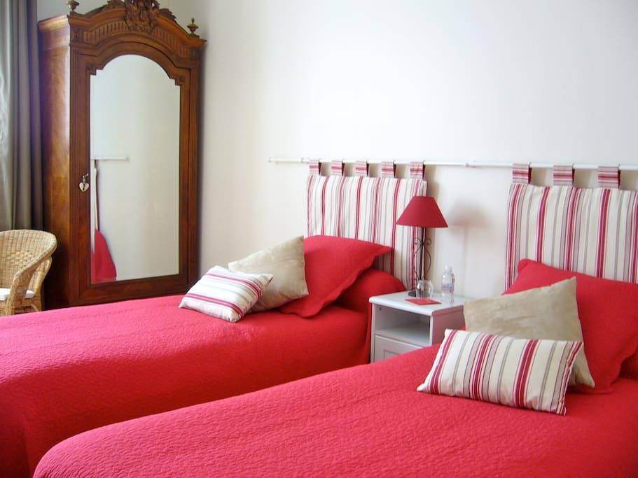 Chambre avec deux lits simples, au rez-de-jardin.