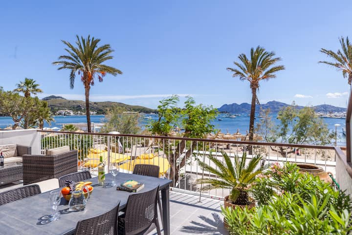 Seafront apartment with large terrace with ideal central location, right opposite the beach.