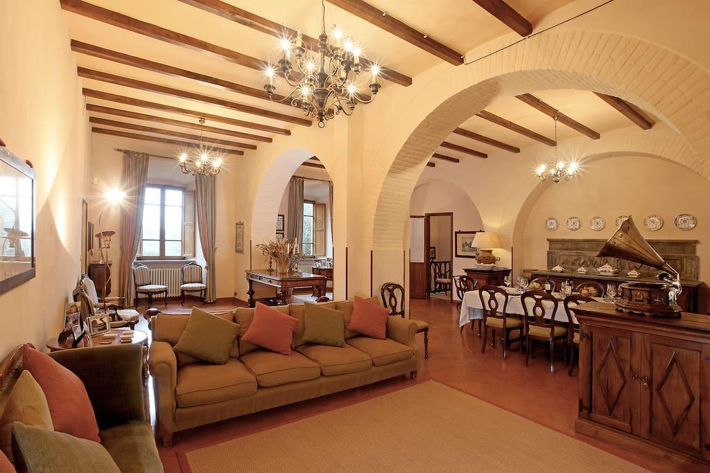 L'ampio ed elegante salotto.