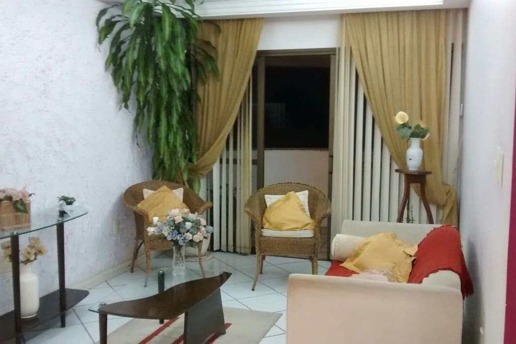 Sala de estar integrada com sala de jantar.