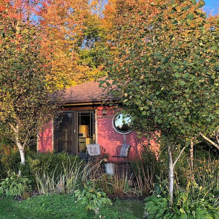 Teahouse Cottage: hot tub, fire pit, swimming hole