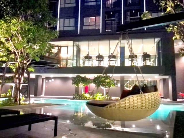 曼谷紧邻地铁 asok2站 siam5站 网红泳池简约海洋风公寓