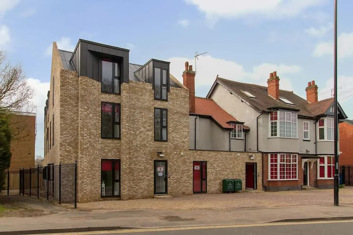 Student Only Property: Cosy Gold Shared