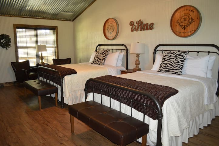 Wine Country @ Vineyard Trail Cottages - Fredericksburg - Srub