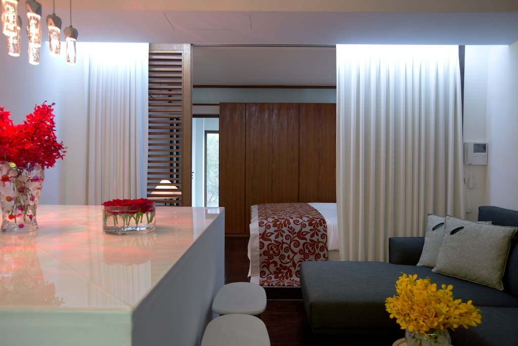 Living room with L shaped sofa and dining table  4F 客厅和舒适沙发