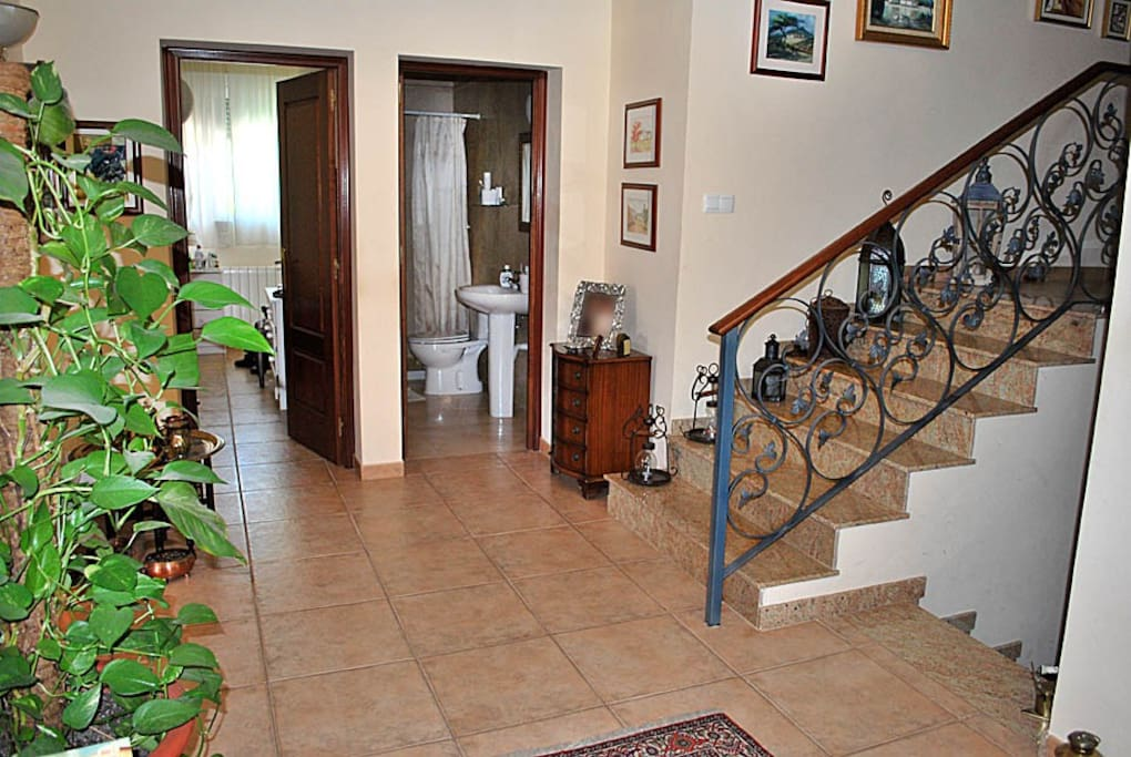 Hall de entrada a la vivienda con la entrada a una de las habitaciones y de un bano