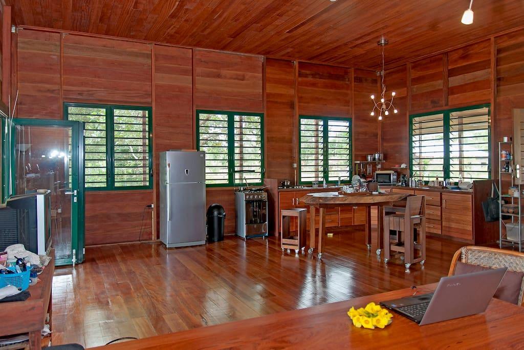 Schuifpui en houten vloer. Tevens bevindt zich hier de hoofd keuken.