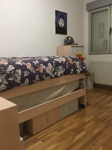 Dormitorio y baño de uso individual y despacho.
