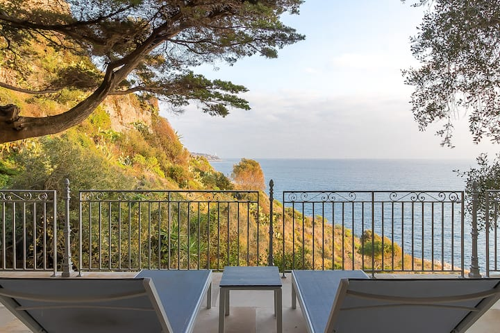BELLE ÉPOQUE HOUSE WITH CLEAR VIEW ON THE SEA