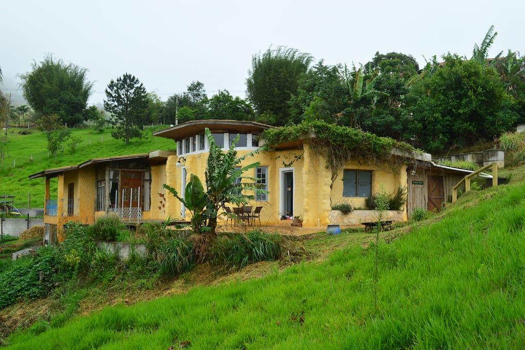 Aproveitamento do entorno com produção de temperos, ervas e alimentos.