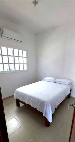 Una cama matrimonial en cada recamara