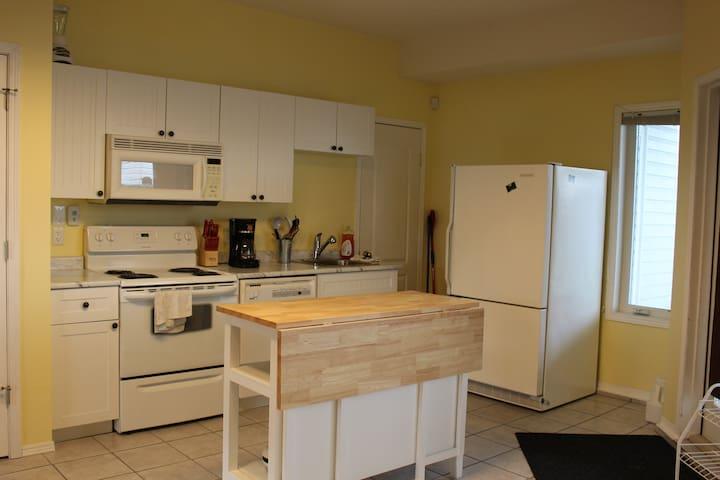 1300 sqare ft  2 bed basement suite