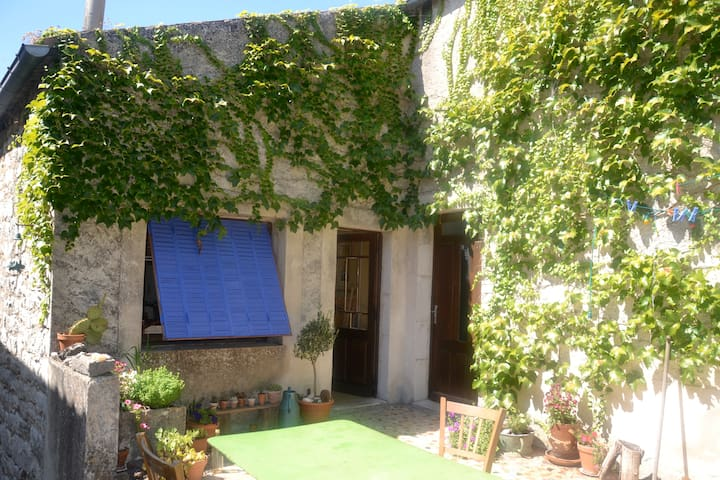 Lovely stonehouse in a quiet hamlet - Labeaume - House