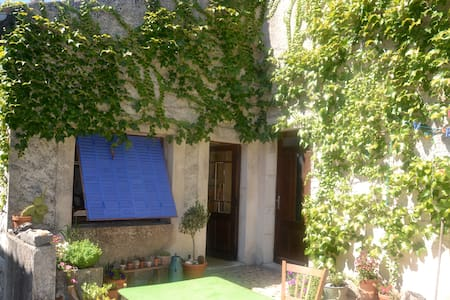 Lovely stonehouse in a quiet hamlet - Labeaume - Ev