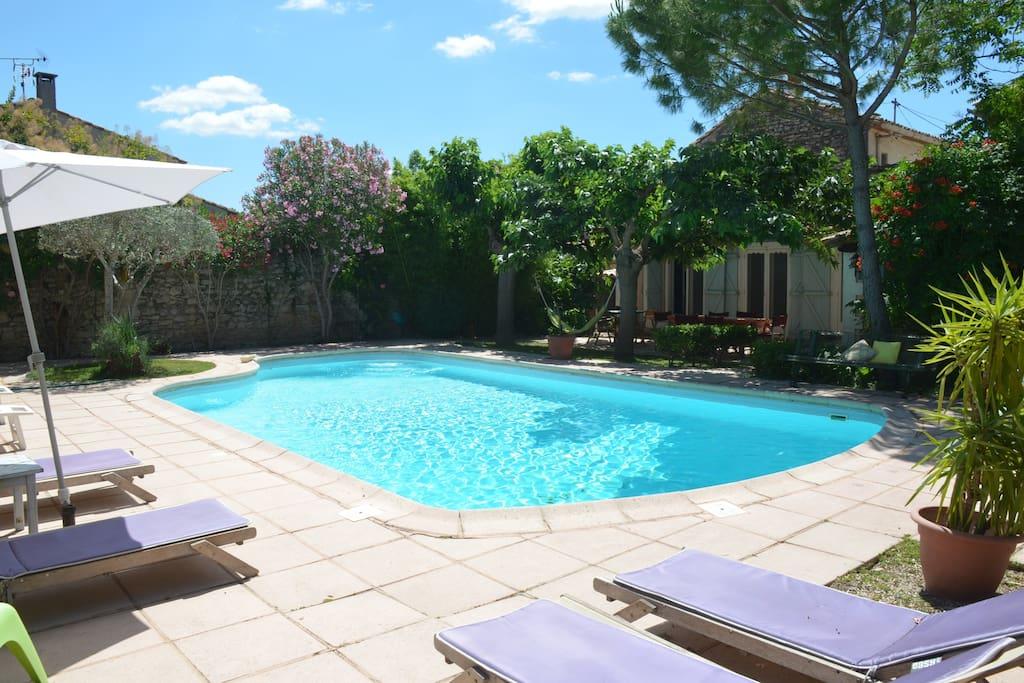 Grande piscine avec différents niveaux, sécurisée avec ses coins en biseaux.