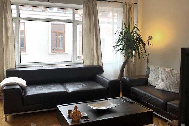 Sunny two bedroom apartment in great location!