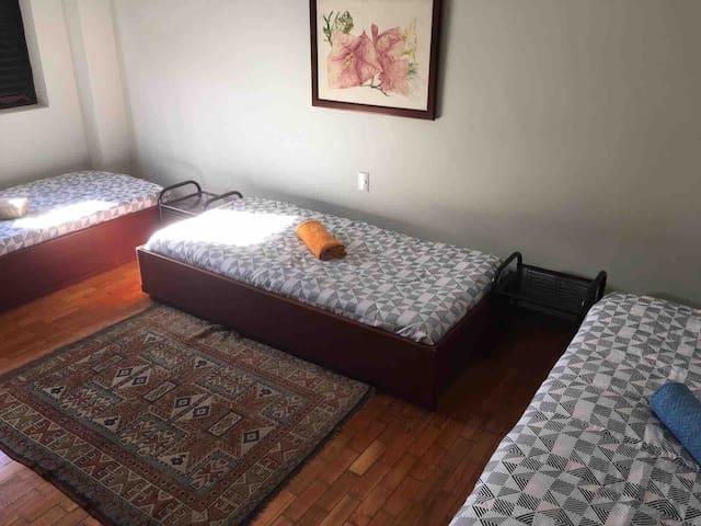 Quarto confortavel 3 camas, excelente localizacao!