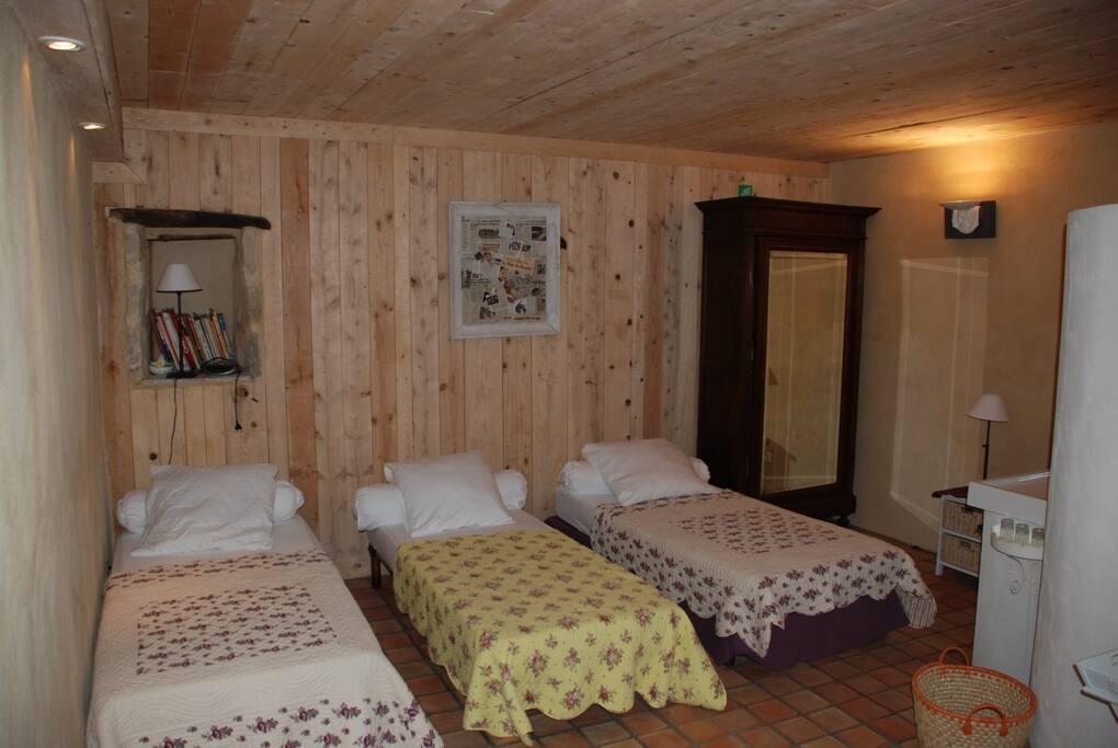 La Chambre  2 avec 3 lits simples