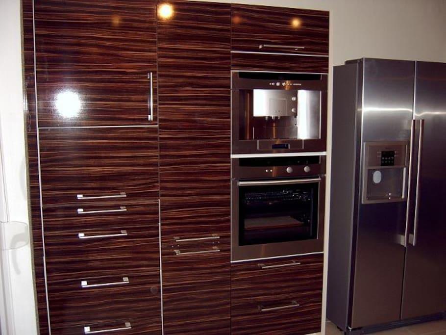 Küche - Kaffee Automat & Backofen.