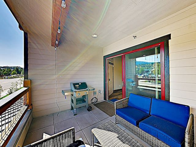 After days on the slopes, fire up the gas grill and dine alfresco at the cushioned seating area.