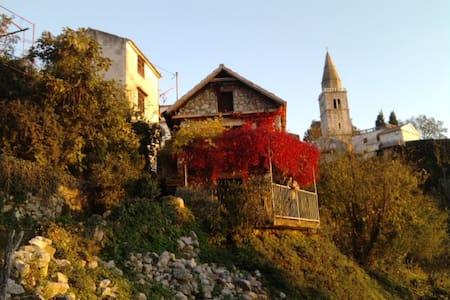 Charmante petite maison de pierres - Dobrinj - 独立屋