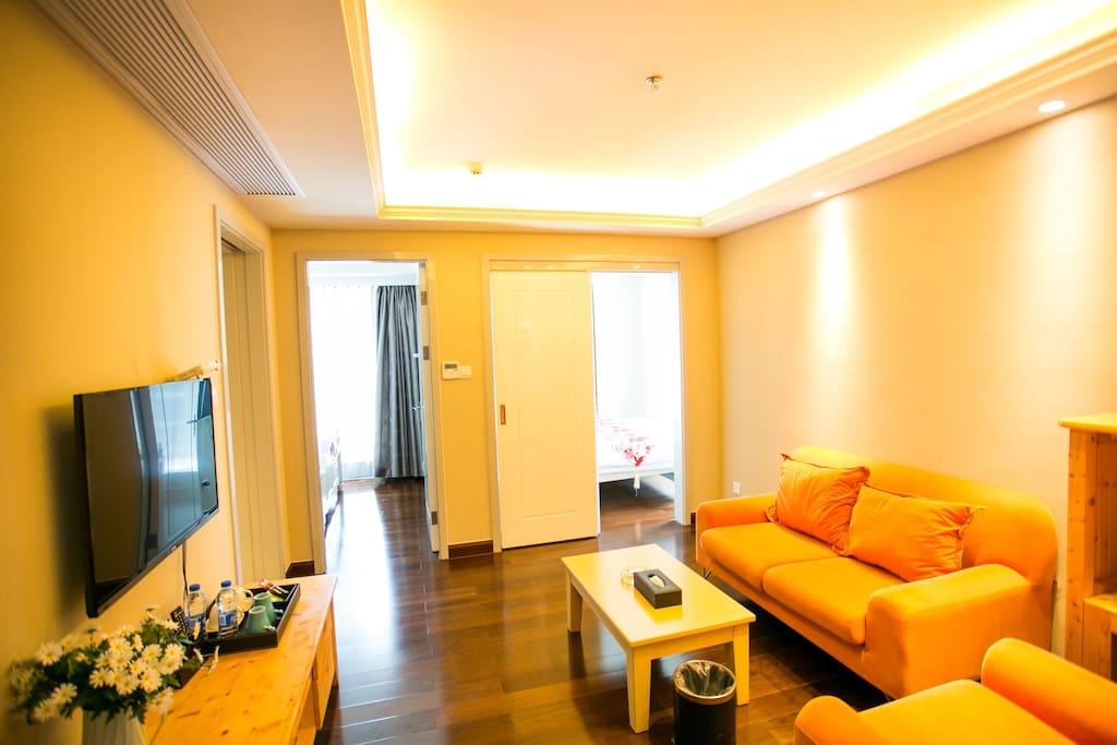 客厅一瞥,配有电视,电视盒子,WI-FI,和沙发。约20平米的空间,温暖的黄色灯光,很适合小酌一杯,谈谈风月,聊聊人生哦……