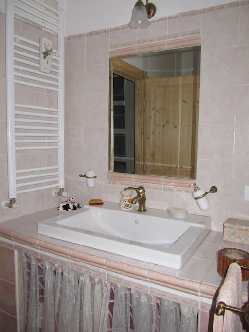 Bagno rosa attiguo alla camera Ginestra.