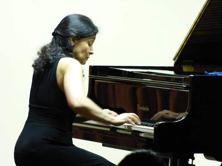 Pianist Geisa Dutra in action