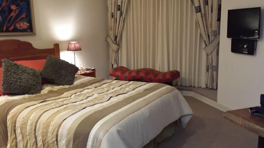 dormitorio principal con TV satelital y calefactor