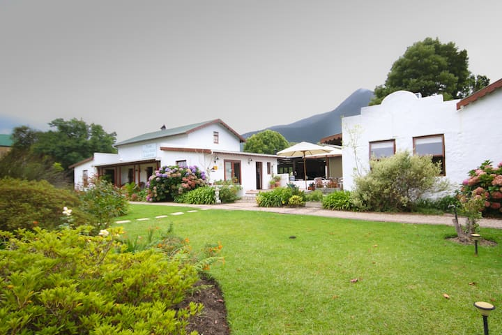 The Village Lodge - Stormsrivier - Bed & Breakfast