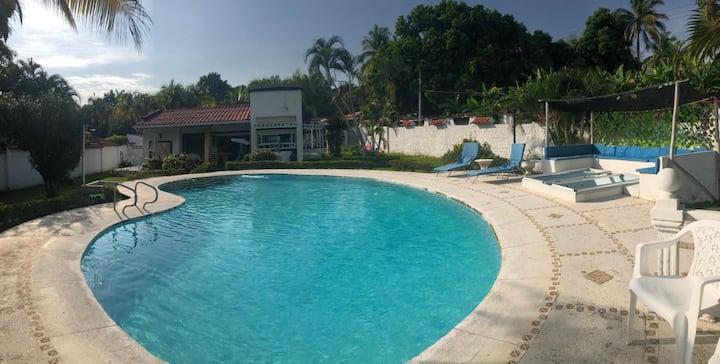 Villa con piscina PRIVADA cerca de Melgar