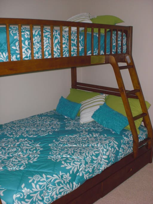Second bedroom full/twin bunk bed with all new bedding and carpeting.