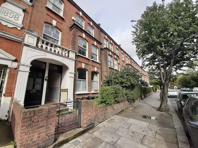 Charming Victorian flat centrally located