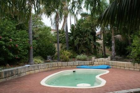 Resort Style in Silver Sands - Rumah