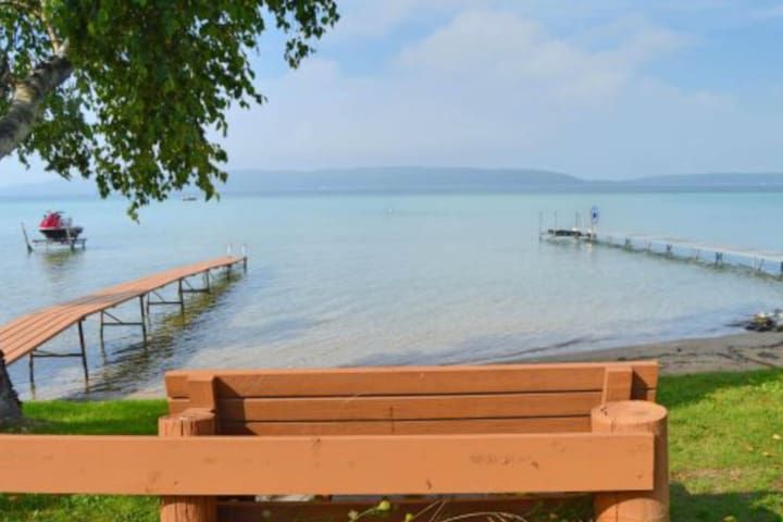 Cheerful dog-friendly lakefront home w/ free WiFi, firepit, and full kitchen!