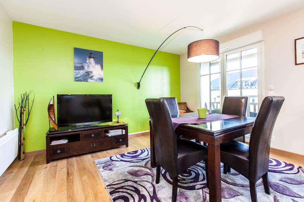 Votre salle de séjour très lumineuse tout en parquet.