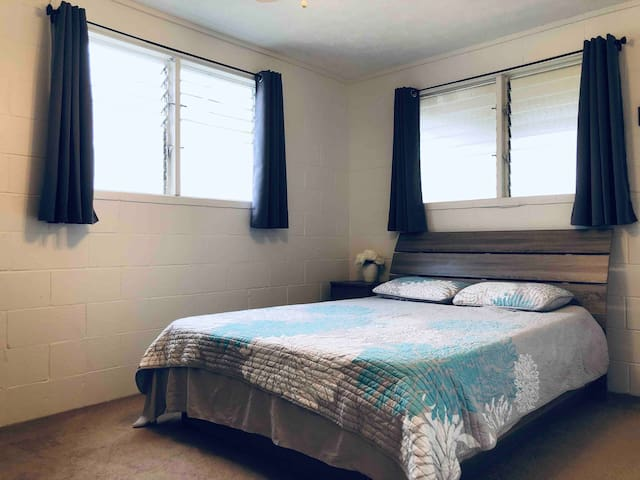 Queen size bed, full kitchen w/ parking