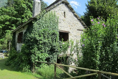MOUNTAIN COTTAGE IN VAL DI BLENIO - Ludiano - Hus